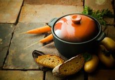 Plato de la cazuela con las verduras y el pan Fotos de archivo