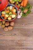 Plato de la cazuela o pote de guisado vegetal con las verduras orgánicas y el espacio de la copia, vertical Foto de archivo