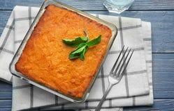 Plato de la hornada con soplo sabroso de la zanahoria fotos de archivo