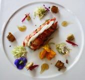 Plato de la langosta en restaurante francés gastrónomo Imagenes de archivo