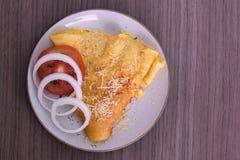 Plato de la tortilla con el queso parmesano imagen de archivo