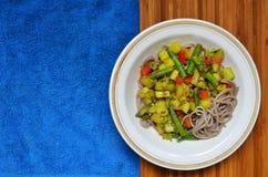 Plato de las pastas del alforfón con las verduras Imagen de archivo libre de regalías