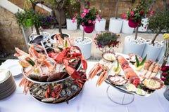 Plato de los mariscos servido en la tabla del restaurante Fotografía de archivo