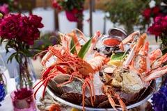 Plato de los mariscos servido en la tabla del restaurante Foto de archivo