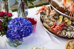 Plato de los mariscos servido en la tabla del restaurante Imagenes de archivo