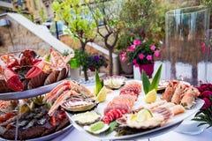Plato de los mariscos servido en la tabla del restaurante Foto de archivo libre de regalías
