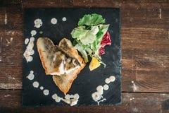 Plato de los pescados fritos adornados con las verduras imágenes de archivo libres de regalías