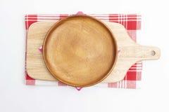 Plato de madera vacío y tabla de cortar de madera imágenes de archivo libres de regalías