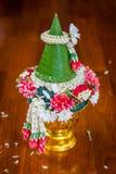 Plato de ofrecimiento tailandés con el cono de la hoja del plátano para la ceremonia propicia Fotos de archivo