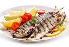 Plato de pescados - arenques asados a la parrilla con las verduras imágenes de archivo libres de regalías
