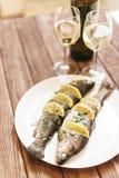 Plato de pescados con los limones y el verdor en una placa foto de archivo libre de regalías