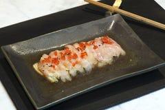 Plato de pescados crudos japonés fotografía de archivo