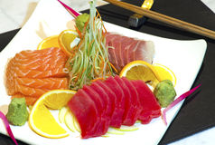 Plato de pescados crudos japonés imagen de archivo