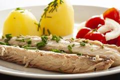 Plato de pescados de la caballa con las patatas, las cebolletas y la ensalada del tomate El pescado graso, aceitoso es una fuente imagen de archivo