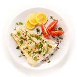Plato de pescados - prendedero y verduras fritos de pescados Foto de archivo libre de regalías