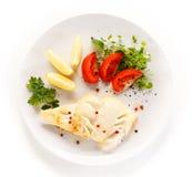 Plato de pescados - prendedero y verduras fritos de pescados Foto de archivo