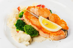 Plato de pescados - salmón asado a la parilla con la coliflor fotografía de archivo