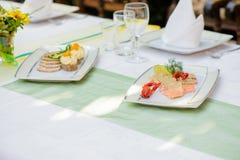 Plato de pescados y plato de la carne imagen de archivo