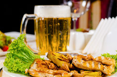Plato de pollo del anacardo de la piña con la taza de cerveza Imagen de archivo libre de regalías