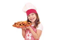 Plato del control del cocinero de la niña con bruschetta Foto de archivo