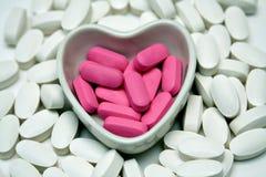 Plato del corazón de píldoras Imagenes de archivo