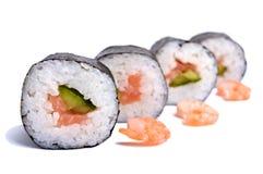Plato del este tradicional - rollos de sushi con los salmones y el camarón en un fondo blanco Imágenes de archivo libres de regalías