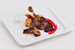 Plato del pato de carne asada con la salsa imagenes de archivo