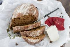 Plato del queso del pan de la prueba con las hierbas y la carne Fotos de archivo