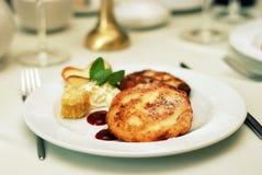 Plato del restaurante con las crepes Fotografía de archivo libre de regalías