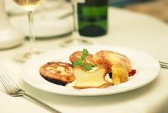 Plato del restaurante con las crepes Imagen de archivo libre de regalías