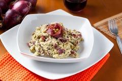 Plato del risotto con el espárrago y el bresaola Foto de archivo