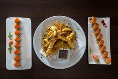 Plato del sushi y camarón recién preparados del tempura Foto de archivo libre de regalías