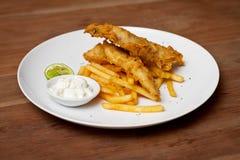 Plato del tempura del camarón con la salsa blanca y las patatas fritas Foto de archivo libre de regalías