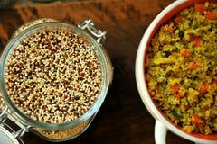 Plato del vegano: comida de la quinoa con las verduras y el ajo Foto de archivo libre de regalías