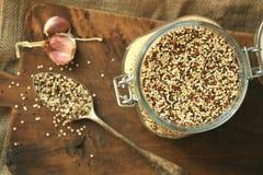 Plato del vegano: la quinoa siembra vida inmóvil con una cuchara vieja Foto de archivo