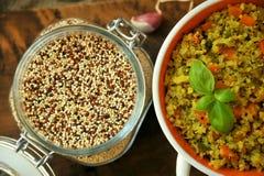 Plato del vegano: plato de la quinoa con las verduras Imagen de archivo libre de regalías