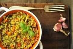 Plato del vegano: plato de la quinoa con las verduras y el ajo Imagen de archivo libre de regalías