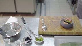 Plato delicioso con el atún y los salmones crudos en primer moderno de la cocina del restaurante Cuenco con la comida en soporte  almacen de video