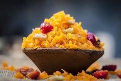 Plato dulce indio del arroz en un cuenco de la arcilla en fondo del yute Foto de archivo libre de regalías