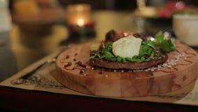Plato en el restaurante en la tabla y un vidrio de la bebida roja almacen de metraje de vídeo