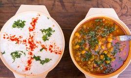 Plato indio de la salsa y de la cuajada de la patata Foto de archivo