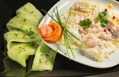 Plato italiano de los raviolis hechos en casa con crema, camarón, pimienta rosada e hierbas aromáticas Imagenes de archivo