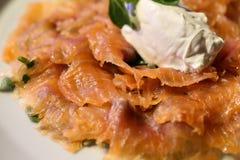 Plato italiano de salmones, del queso de la mozzarella y de la albahaca crudos Imagen de archivo libre de regalías