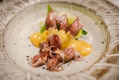 Plato japonés Calamares con la salsa de queso especial fotografía de archivo