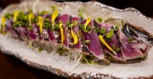 Plato japonés, rebanadas crudas del atún asadas a la parrilla suavemente Foto de archivo