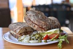 Plato maltés tradicional - ftira Comida de Malta El pan maltés típico llamó ftira acompañado por las patatas fritas fotos de archivo libres de regalías