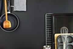 Plato negro de la cocina del panel de la pizarra de la composición Imágenes de archivo libres de regalías