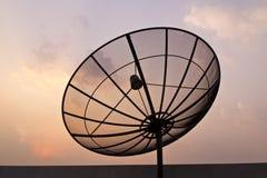 Plato negro del satélite de comunicación de la antena imagen de archivo libre de regalías