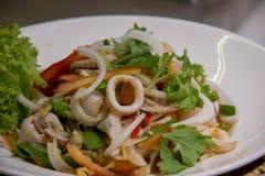 Plato picante de la ensalada del calamar delicioso; Comida deliciosa del almuerzo con arroz cocido al vapor fotos de archivo