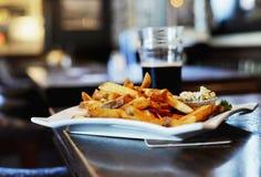 Plato plateado restaurante, pescado frito con patatas fritas Imagen de archivo